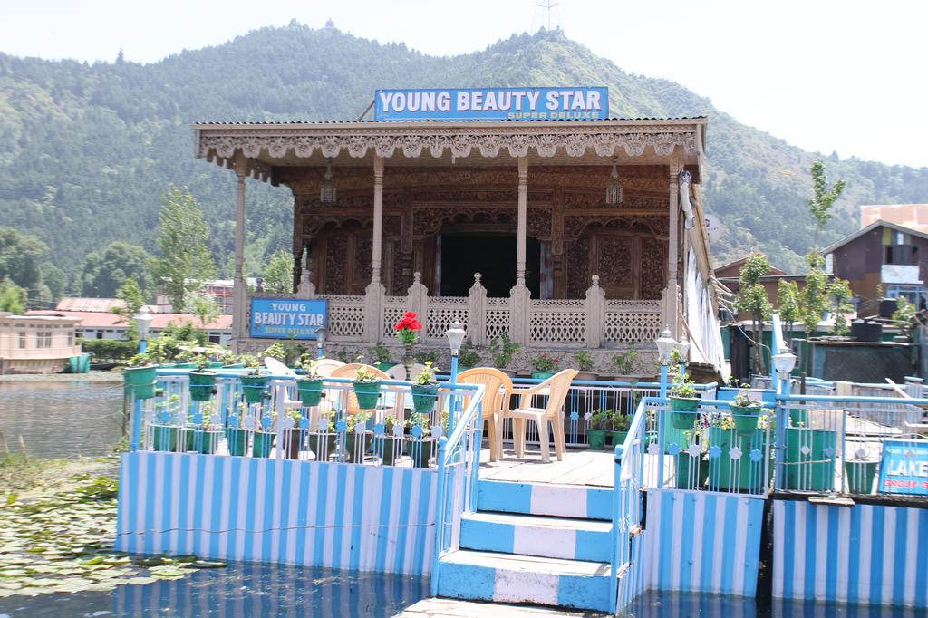 Young Beauty Star Group Of Houseboat Srinagar